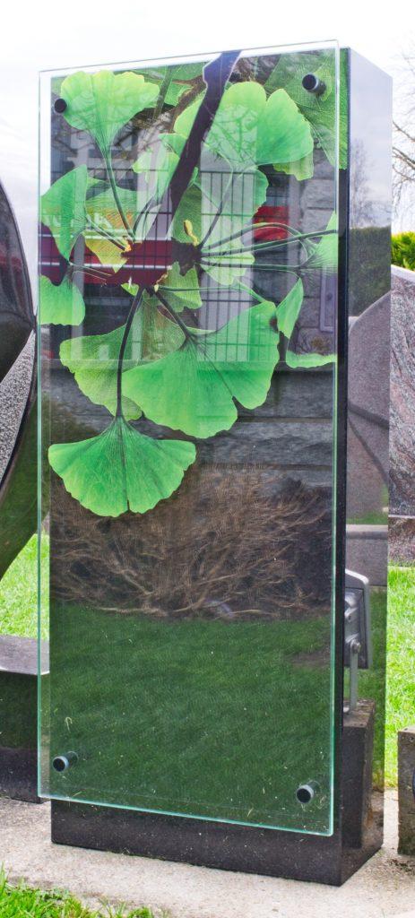 Schwarzer Granit mit Glas und Symbolik in 3d