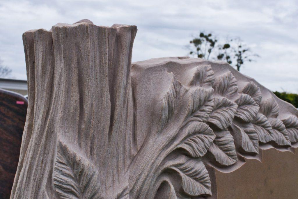 Urnengrabstein aus Asia Quarzit mit plastischer Ornamentik als Lebensbaum