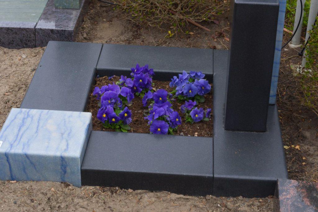 Urnengrabstein Azul Macaubas poliert mit schwarzem Granit satiniert