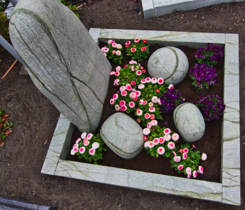 Urnengrabstein Frühlingsgrün getrommelt satiniert