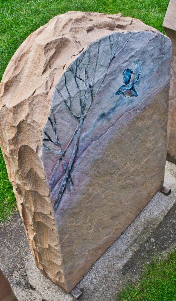 Urnengrabstein Irokko geflammt mit Symbolik Eisvogel