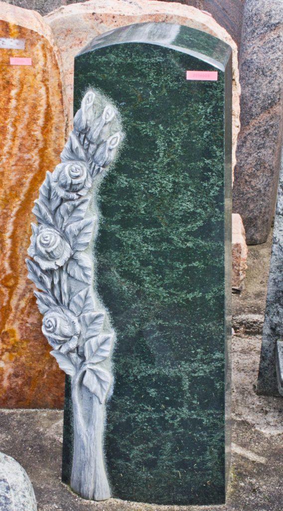 Urnengrabstein Diabas poliert mit plastischen Ornamenten