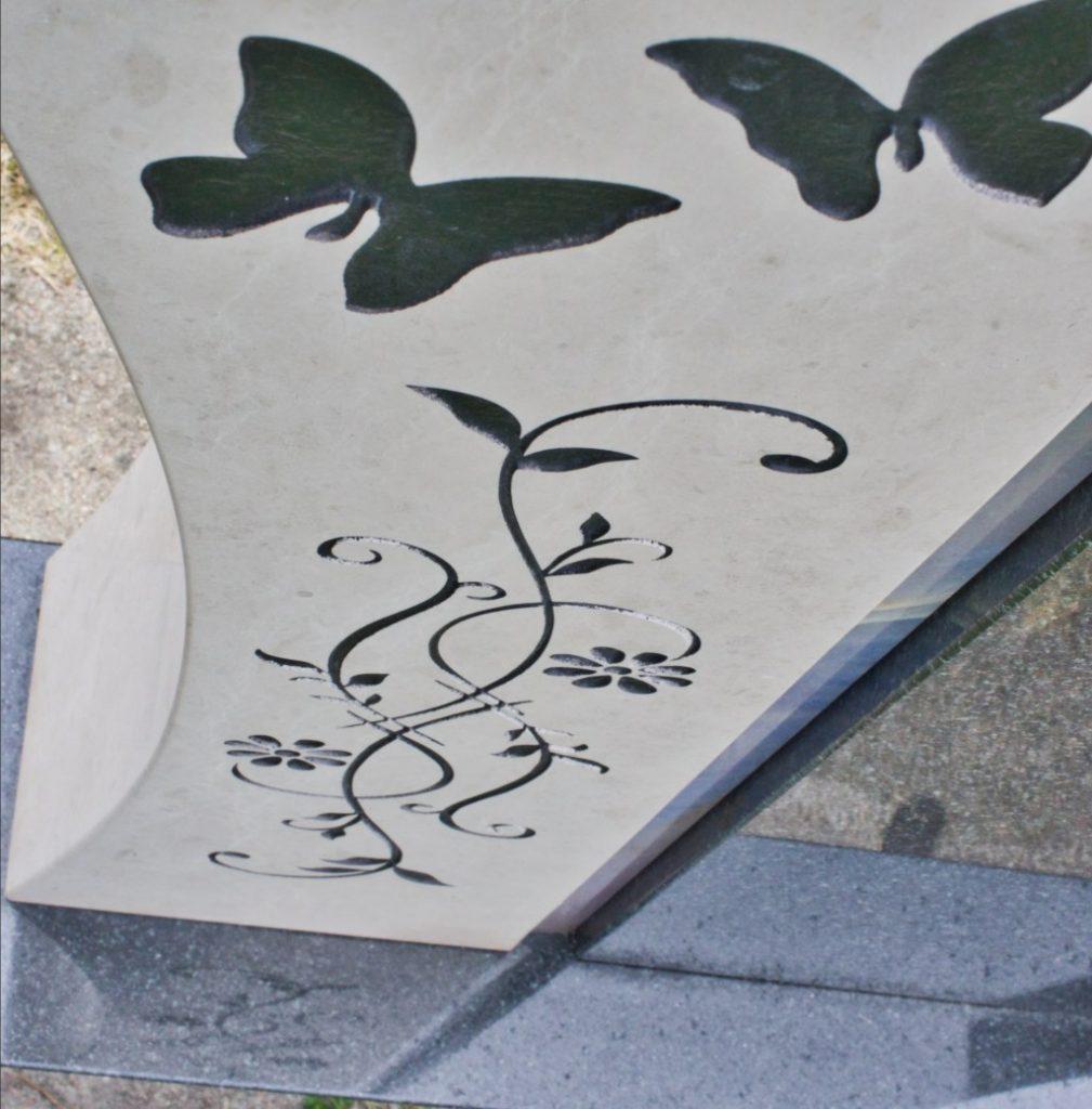 Urnengrabstein Marmor mit Symbolik kombiniert mit indisch Impala