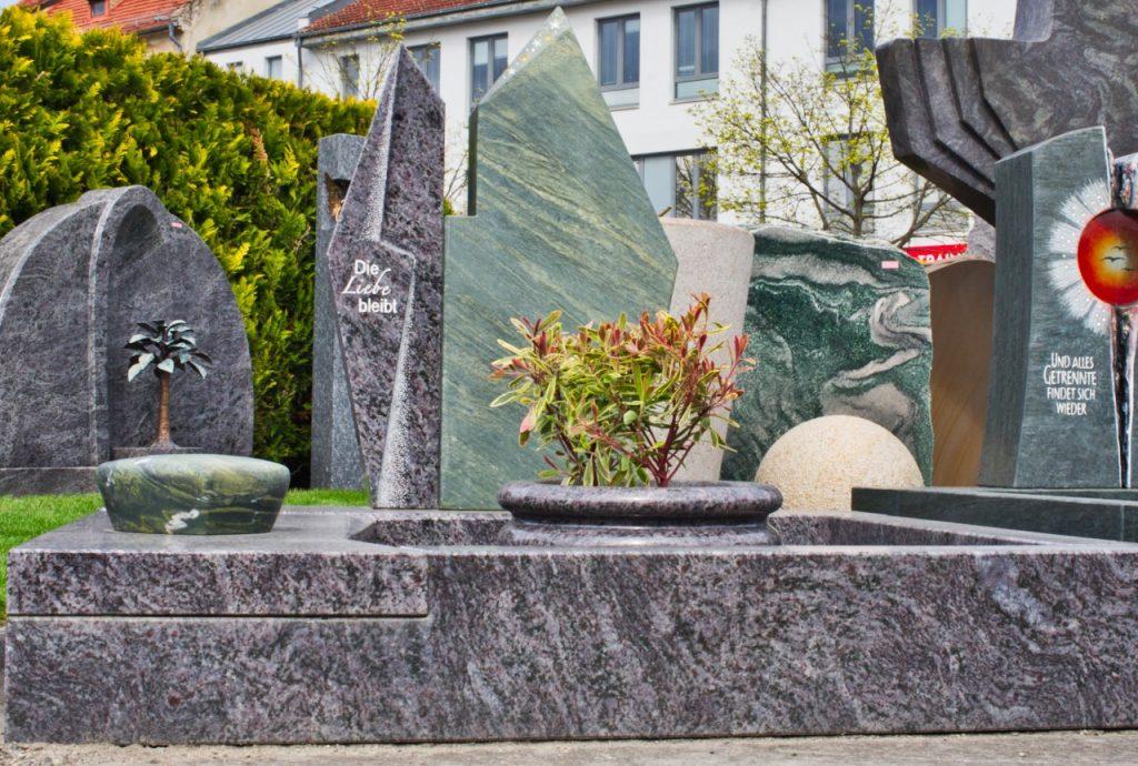 Urnengrabstein Orion poliert mit Dorfer Grün satiniert