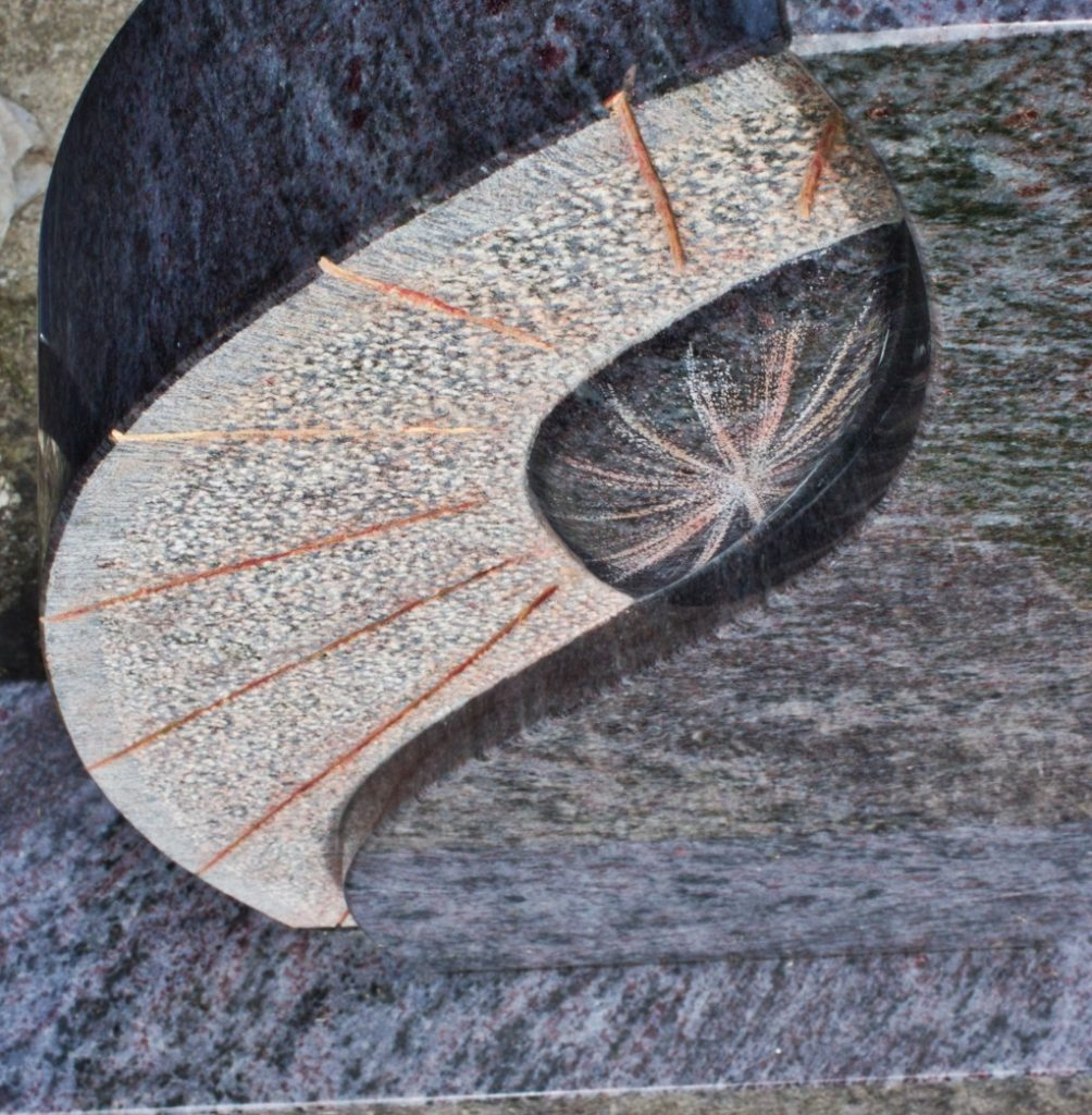 Urnengrabstein Orion poliert mit handwerklicher Symbolik